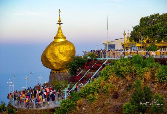 Ein alter Eremit soll von Buddha selbst eine Haarreliquie geschenkt bekommen haben, die er immer in seinem Haarknoten aufbewahrte.