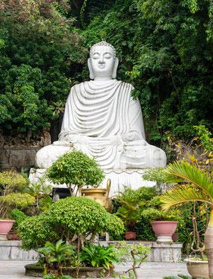 Auf dem Weg zum Gipfel trifft man auf viele buddhistische Statuen