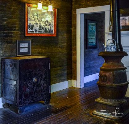 1866 erwarb er Land bei Lynchburg in Tennessee und errichtete dort seine erste Destillerie, die Jack Daniel Distillery.