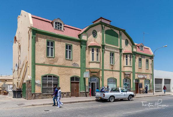 Mit dem beginnenden Diamantenfieber wurden nicht nur zahlreiche Abenteurer und Glücksritter ins Land gelockt, sondern es begann auch ein steiler Aufstieg für Lüderitz zu einer sehr wohlhabenden Stadt.