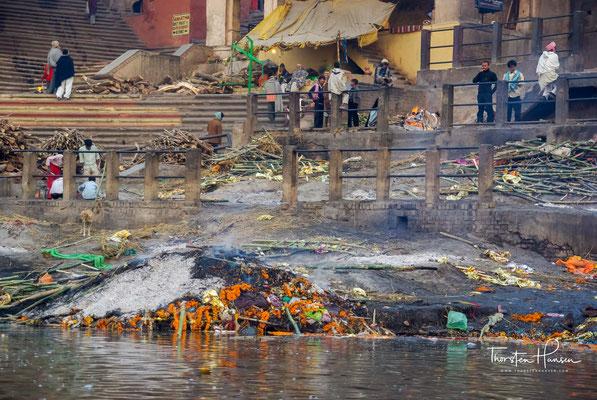 In Varanasi zu sterben und verbrannt zu werden, ist der hinduistischen Mythologie zufolge der Ausbruch aus dem ständigen Kreislauf der Wiedergeburt.