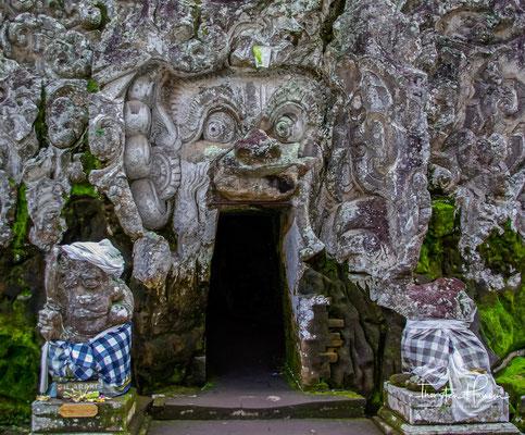Das Heiligtum Goa Gajah wird durch den Schlund einer Dämonenmaske betreten, die freundlicher weise von den Forschern als Elefantenhöhle (miss)interpretiert wurde.