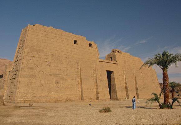 Erste Pylon im Medinet Habu Tempel