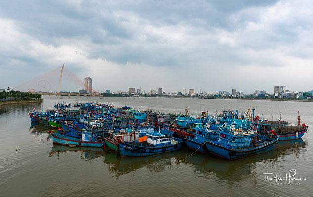 Sie liegt am Delta des Flusses Han. Im Norden schließt sich der Wolkenpass als Wetterscheide an, nicht weit davon liegt die alte Kaiserstadt Huế.