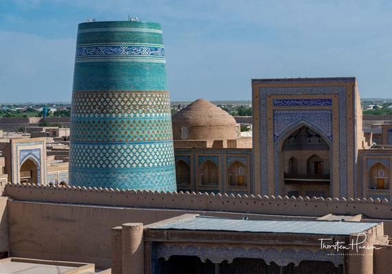 Sie wurde nach dem Khan von Chiwa Muhammad Amin (Regierungszeit 1845 bis 1855) benannt, der dieses Denkmal seiner selbst errichten ließ. Von ihm stammt auch Kalta Minor, das Minarett