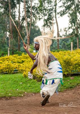 Intore ist der Tanz, der bei keiner Feier fehlen darf - von Hochzeitszeremonien in Dörfern auf dem Land, über die großen nationalen Feierlichkeiten im Amahoro-Stadion bis hin zu üppigen ruandischen Feierlichkeiten in Amerika und Europa.