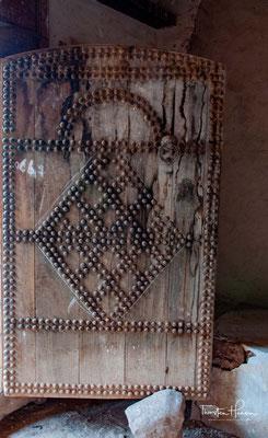 In der Tat waren die ausführenden Handwerker keine Berber, sondern – für einen gewissen Zeitraum – aus Fès und Marrakesch herbeigeholte Spezialisten.