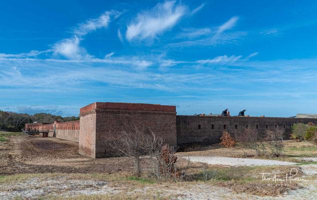 ...errichteten Bewohner von Savannah 1776 ein erstes kleines Fort, das jedoch bereits 1778 wieder aufgegeben wurde.