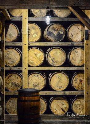Anschließend wird das Getränk in ausgebrannte Weißeichenfässer abgefüllt. Diese Fässer lagern mehrere Stockwerke hoch in speziellen Gebäuden, den Barrel Houses.