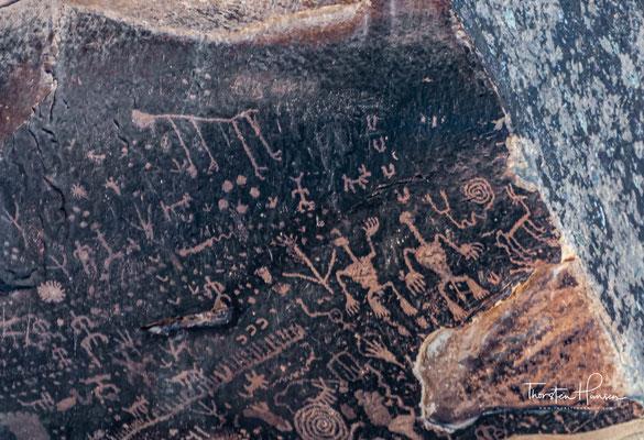 Newspaper Rock - Felszeichnungen, Funde von Scherben sowie auch Reste von Siedlungen sprechen für eine Besiedlung durch Menschen vor etwa 2.000 Jahren.