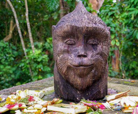 """Die Tempel im """"monkey forest sanctuary"""" dürfen Touristen nicht betreten, sie sind den Einheimischen vorbehalten, die oft in traditionellen Gewändern anzutreffen sind."""