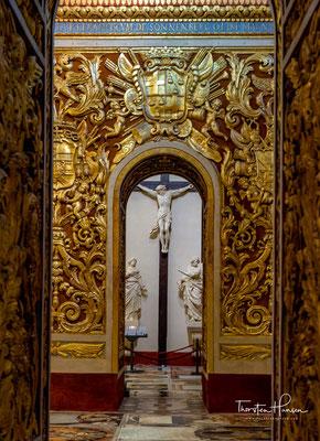 Er schuf die kompliziert geschnitzten Steinwände und bemalte die Gewölbe und Seitenaltäre mit Szenen aus dem Leben des Heiligen Johannes.