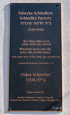 Das Museum stellt die Zeit der deutschen Besatzung Krakaus von 1939 bis 1945 dar, ein besonderer Schwerpunkt ist das Schicksal der Juden im Krakauer Ghetto und im Zwangsarbeitslager Plaszow im Vergleich zu den Beschäftigten in Schindlers Fabrik.