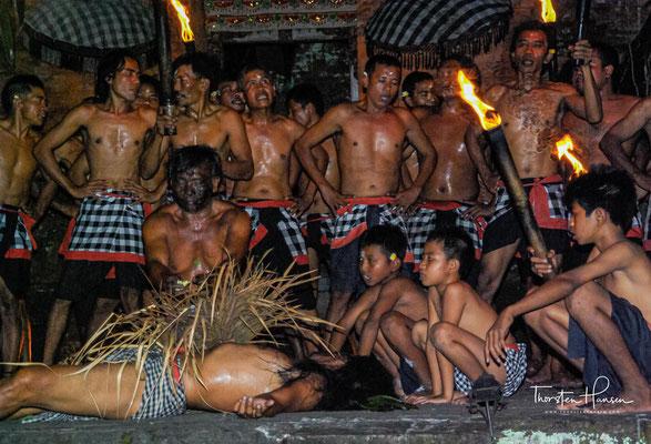 Sie bilden sitzend oder stehend einen Kreis und verkörpern das mythologische Affenheer, die Helfer des Prinzen Rama.