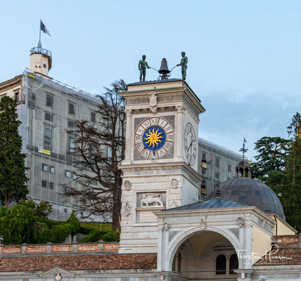 """Der """"Piazza della Libertà"""" mit einem Uhrturm wie in Venedig. Links das Palladio-Tor, durch das man zum Castello hinaufsteigt."""