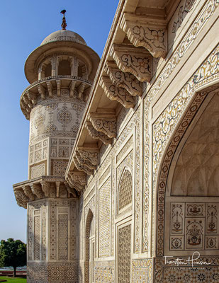 Das quadratische Mausoleum selbst hat eine Seitenlänge von etwa 25 Metern und ruht auf einer doppelten – im Vergleich zu den Herrschergräbern der Mogulzeit – jedoch eher klein dimensionierten