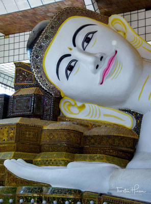 Der liegende Buddha Mya Tha Lyaung hat eine erstaunliche Länge von 82 Metern und gehört damit zum viertlängsten Buddha auf der Welt.