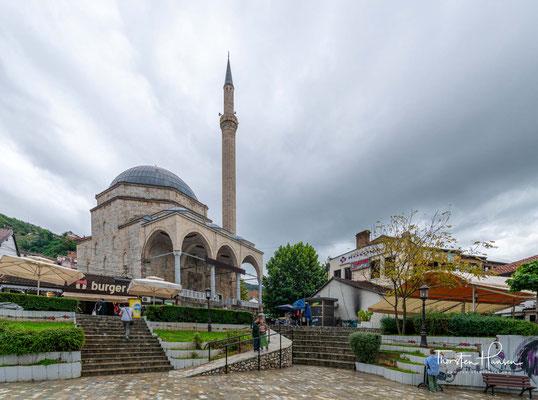 Die Moschee wurde vom Wesir Cigalazade Yusuf Sinan Pascha zu Anfang des 17. Jahrhunderts, unweit des Flusses Prizrenska Bistrica (alb. Lumëbardhi) im Zentrum der Altstadt errichtet.