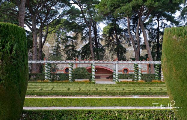 Der Conde-Duque Olivares ließ von 1632 - 1640 die Gebäude durch Giovanni Battista Crescenzi und die Gärten durch Cosimo Lotti, den Vollender des Boboli-Gartens, zu einer großen Barockanlage samt einem künstlichen See, dem Estanque del Retiro, umgestalten