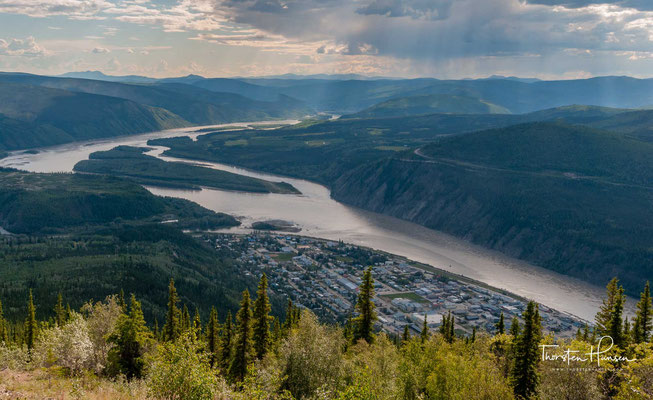 Dawson City oder Dawson liegt am rechten Ufer des Yukon, an der Mündung des Klondike River, 240 km südlich des nördlichen Polarkreises.