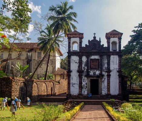 Capela de Santa Catarina in Goa. Sie gilt als erstes römisch-katholisches Bauwerk in Indien. 1515 hatte der Vikar der Kapelle bereits genügend Mittel und einen ersten Entwurf für einen Steinbau, die Bauarbeiten begannen aber erst 1534