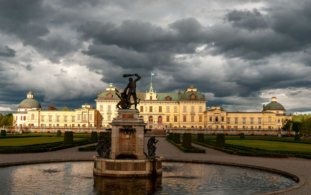 Schloss Drottningholm steht seit 1935 als Byggnadsminne unter staatlichem Schutz und wurde als erstes schwedisches Kulturdenkmal in die Liste des Weltkulturerbes der UNESCO aufgenommen, und zwar aufgrund zweier spezieller Gebäude..