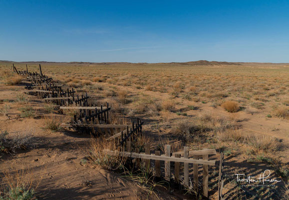 Die Gobi liegt im mongolischen Becken Zentralasiens. Dieses von Höhenzügen eingekeilte Becken liegt im Durchschnitt 1.000 m über dem Meeresspiegel.