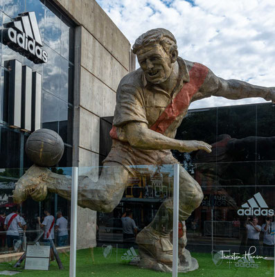 Das El Monumental wurde von 1936 bis 1938 erbaut und am 25. Mai 1938 mit einem Spiel zwischen River Plate und dem uruguayischen Klub Club Atlético Peñarol (3:1) eröffnet.