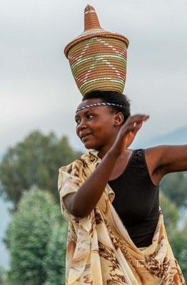 Abayanges Tanz erregte das Interesse der königlichen Armee Ruandas, aber irgend etwas fehlte.