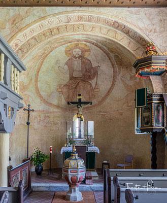 Die Kirchenausstattung stammt überwiegend aus der Zeit der neuzeitlichen Restaurierung im Jahr 1912: Kruzifixkopie nach Tilman Riemenschneider, freigelegte Kanzelbilder (Johannes Evangelista, Johannes der Täufer, der Heilige Bartholomäus)