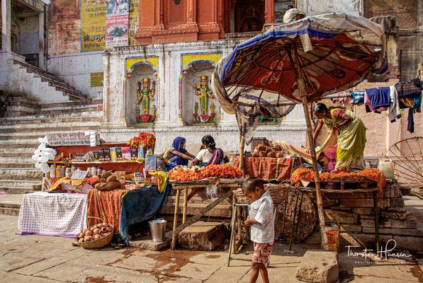 Für Hindus gilt Varanasi als die Stadt Shivas und damit als heiliger Ort und als Zentrum des hinduistischen Universums