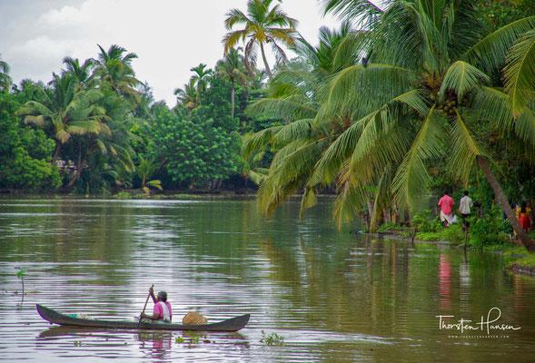 Kokosfasern werden zumeist handwerklich verarbeitet. Daneben sind Fischfang und -zucht von Bedeutung.