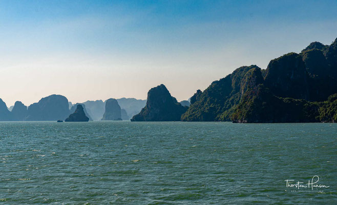 """Der Name Vịnh Hạ Long (Hán Nôm: 泳下龍) bedeutet """"Bucht des untertauchenden Drachen"""" im Gegensatz zu Thang Long (aufsteigender Drache, dem alten Namen von Hanoi)."""