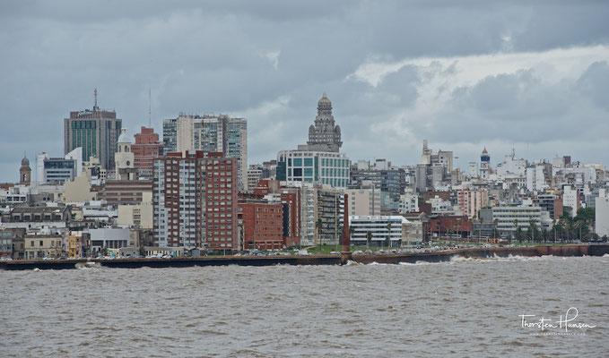 Die am Mündungstrichter des Río de la Plata liegende Metropole hat rund 1,3 Mio. Einwohner und ist das wirtschaftliche, administrative und kulturelle Zentrum des Landes.