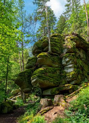 Malerische Felsengebilde und 30 bis 50 Meter hohe, sich auftür- mende Granitmassen säumen das Flussbett.