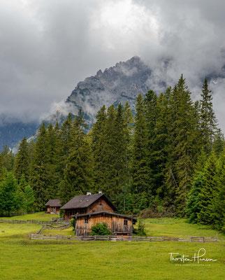 Die Angeralm im Karwendeltal. Im Hintergrund von links nach rechts zu sehen die Tiefkarspitze, die Hochkarspitze und die Raffelspitze