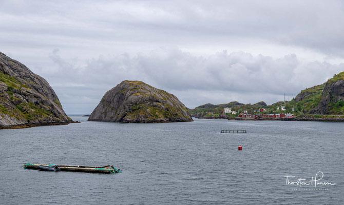Nusfjord befindet sich im Süden der Lofoteninsel Flakstadøy am Fjord Bottelvika, der in den Vestfjord mündet.