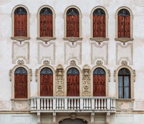 """Auf dem Platz Vittorio Emanuele II. erhebt sich der Palazzo Vaccari, der früher die Schulen und das Rathaus beherbergte, das restaurierte Hotelgebäude Stella d'Oro, die Bibliothek """"Giacomo e Maria Battistella"""" und der daneben liegende Konzertsaal Battiste"""