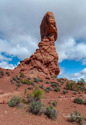 """Der Balanced Rock ist ein großer Felsen, der auf einer Felsnadel """"balanciert"""". Er liegt in der Nähe der Straße und kann auf einem 500 Meter langen Weg zu Fuß umrundet werden."""