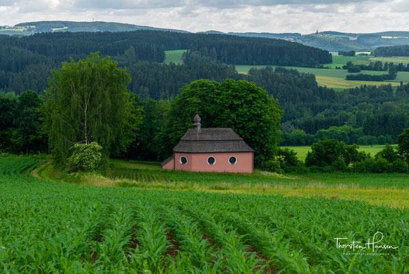 St. Jakob befindet sich außerhalb des Dorfes Fuchsberg, dort, wo seit 2013 der Jakobsweg und der Qualitätsweg Goldsteig parallel verlaufen