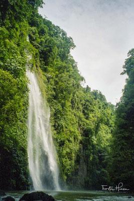 """Der Pagsanjan-Wasserfall (einheimischer Name: Talon ng Magdapio, """"Magdapio-Wasserfall"""") hat eine Fallhöhe von 90 m"""