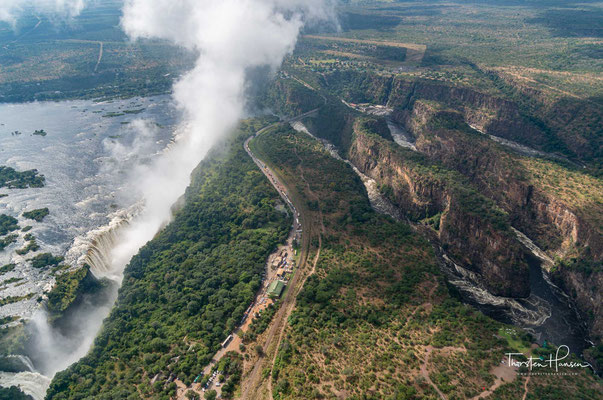 Ist eine solche Ost-West-Kluft soweit von Sediment befreit, dass die rückschreitende Erosion auf eine Nord-Süd-Kluft übergreifen kann, setzt sich die Wanderung des Wasserfalls Richtung Sambesi-Quelle in ebendieser Kluft fort.
