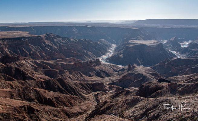so dass sich das Wasser weiter in den Untergrund graben konnte. Heute beträgt die tiefste Stelle des Canyon 549 m.