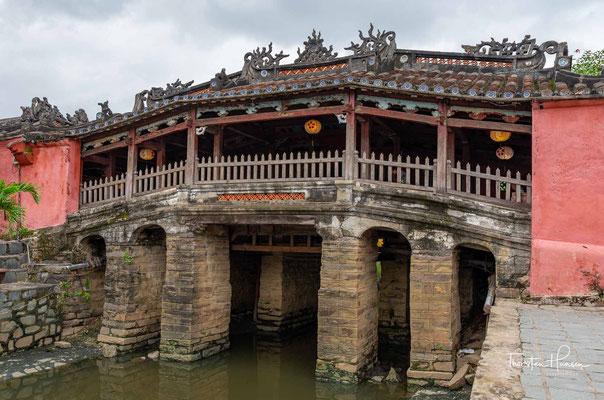Chùa Cầu (auch: Japanische Brücke, vietnamesisch: Lai Vien Kieu (Brücke aus der Ferne))[1] ist ein historisches Baudenkmal der Stadt Hội An in Zentralvietnam.