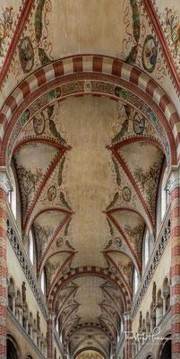 """In seinem Inneren befindet sich ein Altarbild von Francesco da Milano aus dem Jahre 1540, eine """"Kreuzigung"""" von Giovanni Possamai, eine """"Jungfrau mit Jesuskind"""" von Marta Sammartini und das Grab des selig gesprochenen Giuseppe Toniolo"""