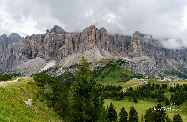 Umgeben wird der Sellastock von vier Gebirgspässen: Im Norden liegt das Grödner Joch (2125 m) zwischen Gröden und Gadertal, im Osten der Campolongopass (1875 m) zwischen Gadertal und Buchenstein,