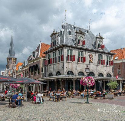 Historische Käsewaage an zentralem Platz (Roode Steen) in Hoorn, heute ein Café