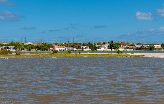 Das flache Gewässer erstreckt sich auf Höhe der Hauptstadt quer über die Insel. Wer Salzproduktion in Salinen in heutiger Zeit erleben möchte, muss sich im niederländischen Bonaire umsehen.
