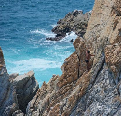 Die La Quebrada Cliff Divers sind eine Gruppe professioneller Spitzentaucher mit Sitz in Acapulco, Mexiko. Sie führen täglich Shows auf, bei denen 30 Meter oder 41 Meter von den Klippen von La Quebrada ins Meer hinunter getaucht werden.