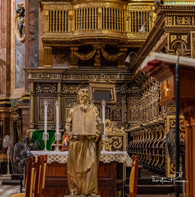 1820 erhob Papst Pius VII. die Kirche zur Ko-Kathedrale, um ihre Bedeutung für Land und Stadt auch nach der Vertreibung der Malteserritter durch Napoleon im Jahre 1798 zu unterstreichen